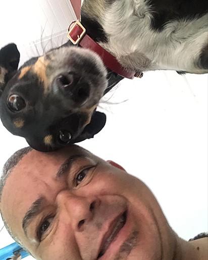 O artista plástico Zaca Oliveira e sua cadelinha Meuri.