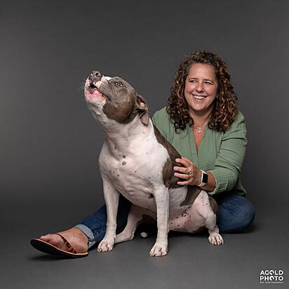 O pit bull Dude com a sua dona Julie Burroughs.
