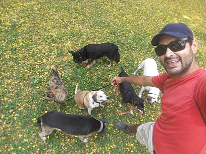 Tarlison e alguns cãezinhos.