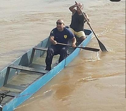 Guardas civis municipais se unem para resgatar o cachorrinho ilhado,