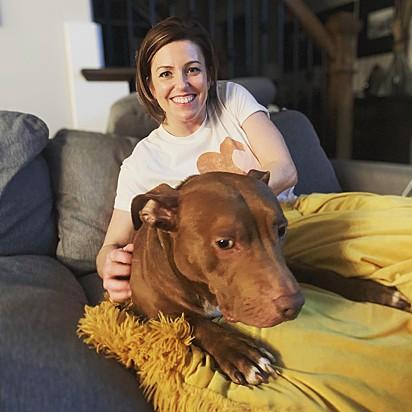 Jennie Tatum com o seu pit bull Sid.
