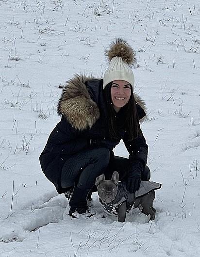 Taylor Homewood estava passeando com seu cachorrinho a poucos metros de distância da sua casa, quando percebeu uma van se aproximando na tentativa de roubá-la.