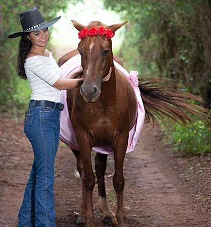 A jovem é muito apegada a égua, e para homenageá-la resolveu presenteá-la com um chá de bebê.