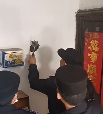 A polícia chinesa foi acionada para o resgate do cachorrinho.