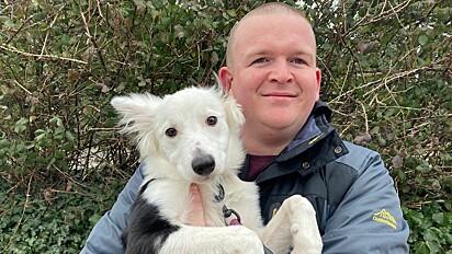 James Cosens com a sua cachorrinha Rosie.