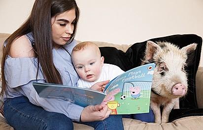 Hannah Constantine com o bebê Teddy e a porquinha Peppa.