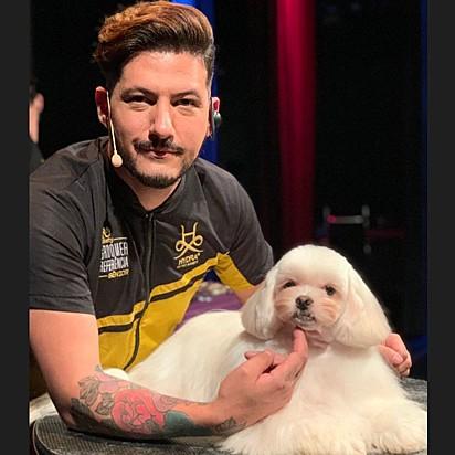 Felipe Correa Galharde, groomer campeão mundial de Creative Dog Groomer. É ele quem interpreta a tutora.