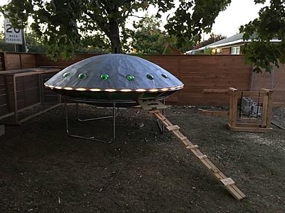 Um galinheiro em formato de nave alienígena.