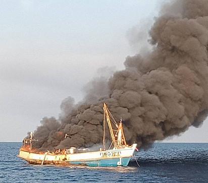 O barco pegou fogo perto da ilha de Koh Adang, no sul da Tailândia.