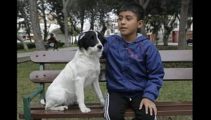 Daniel com a sua cachorra Blanquita.
