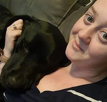 O cão Max com a sua dona Lorna Lowery.