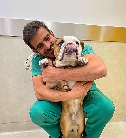 André Santos, veterinário, é apaixonado por seus pacientes e procura dar o melhor tratamento aos pets.