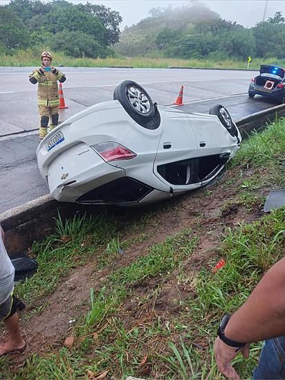 O carro capotou três vezes, não houve feridos, mas o gato da família desapareceu.