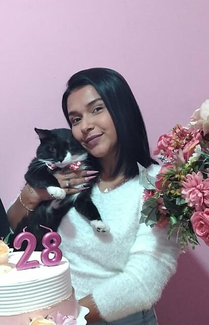 Monaliza Garcia com o seu gato Hades.