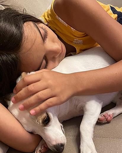 Rebeca com a cachorrinha Layla.