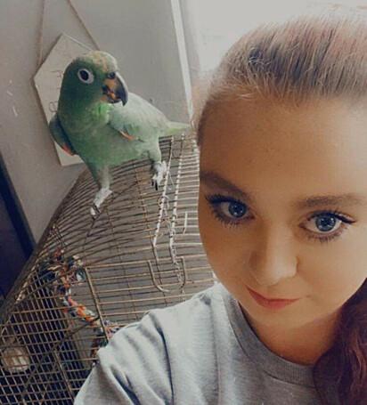 O papagaio tem ajudado Lena Nixon a superar o seu vício em álcool.