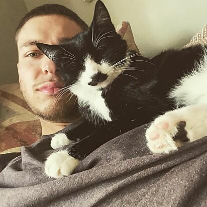O felino Nigel com o seu dono Tom Gudgeon.