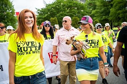 Miranda Lambert segura o cachorrinho Dibs enquanto lidera a marcha MuttNation.