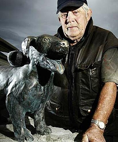 Alan Gay com a estátua do bravo George, que foi atacado salvando crianças de ataques de cachorros agressivos.