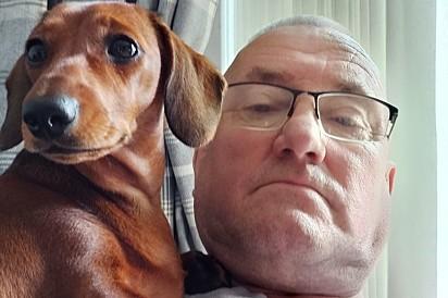 Martin McKinley com a sua cachorrinha Ruby.