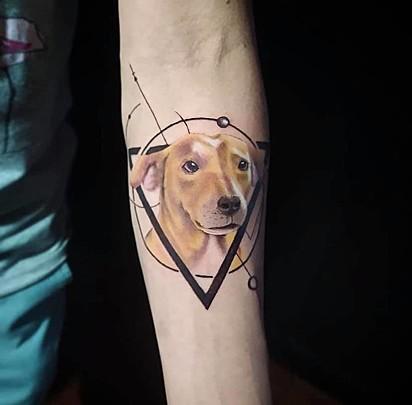 Tatuagem da cachorrinha Diana que o seu dono Willian Pereira fez em sua homenagem.
