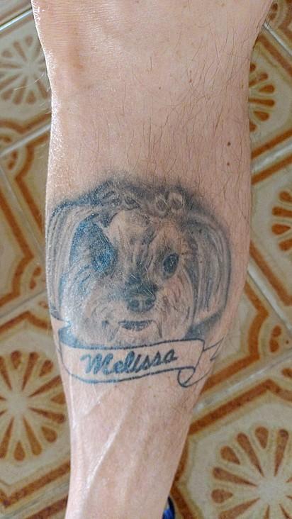 Roberto Netto tatuou a sua cachorrinha Melissa.