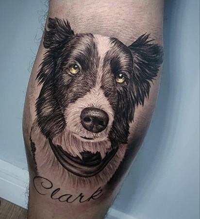Juni Sganzerla tatuou o seu cachorrinho Clark.