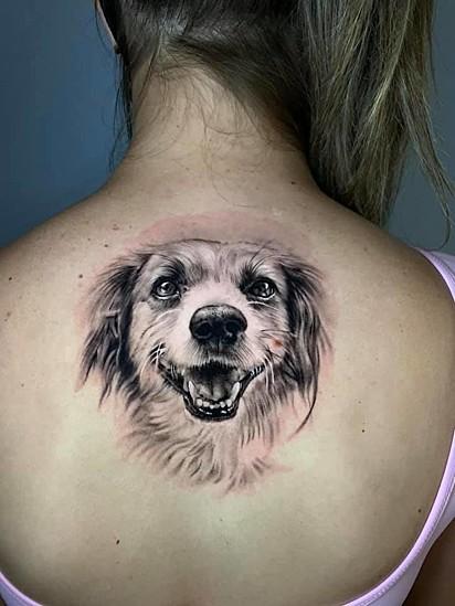 Luani Modolo tatuou o seu cachorrinho Toti.