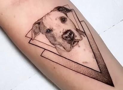 Danielle Flores tatuou a sua cachorrinha Diana.