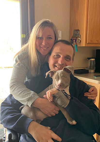 Nicole e o marido Dean com Jude no colo.