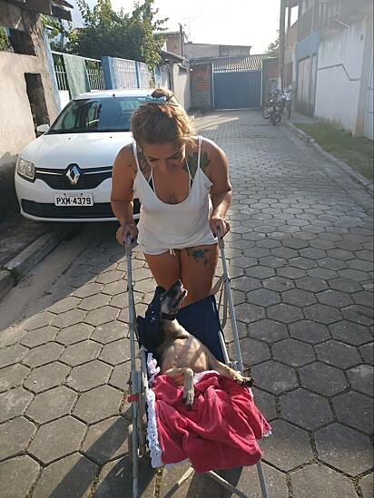 Silvana com a cachorrinha Estelinha.