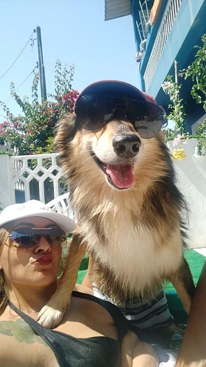 Silvana tomando banho de sol com um dos seus 16 cães.