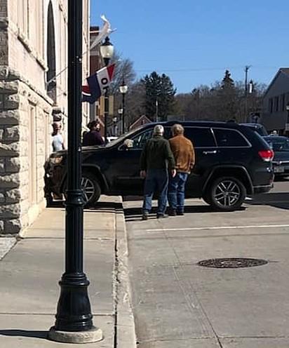 O carro bateu na parede do Edifício Fairfield em Sturgeon Bay, em Wisconsin (EUA).