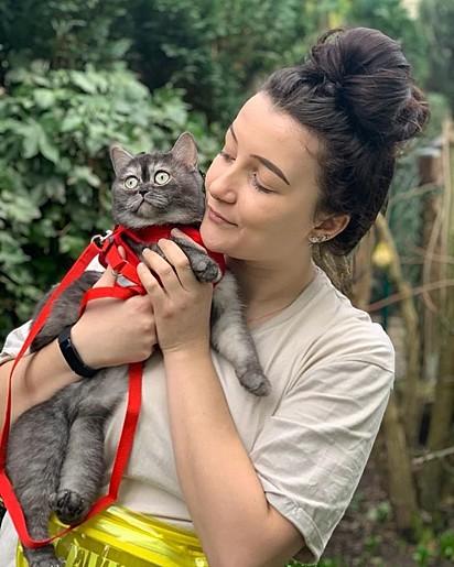Francisca com a gatinha Bear.