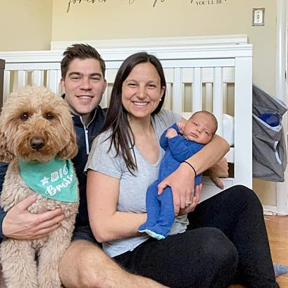 Kelly e Brandon Madsen com o cão Bentley e o seu filho recém-nascido.