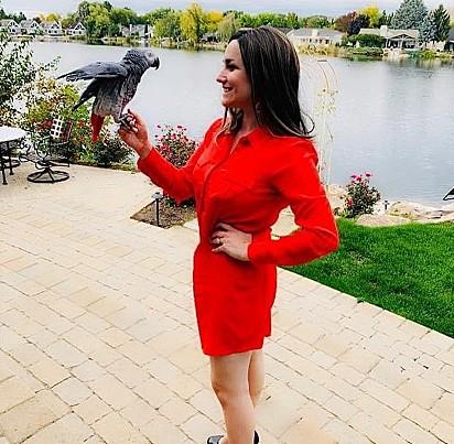 Wendy Albright, que vive em Boise, Idaho, cuida de três papagaios resgatados, um cavalo, três peixes e dois cachorros.