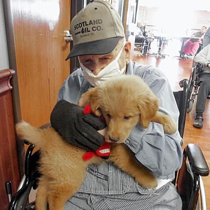 Com a supervisão de uma funcionária, Gracie visita todos os moradores do asilo.