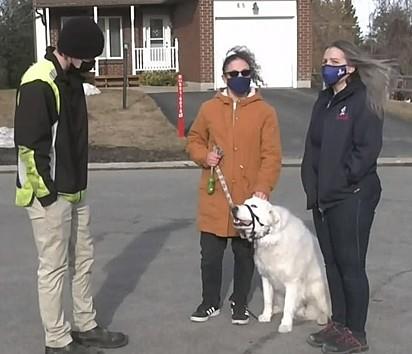 Na imagem da esquerda para a direita: Dryden, Haley, Clover e Danielle Pilon, que é vizinha da família e também foi alertada pela canina.