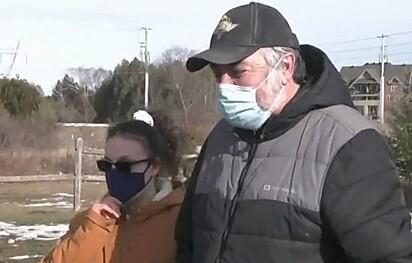Haley ao lado do pai, Randall Moore. A família ainda não sabe o que motivou o desmaio, mas ficou feliz ao saber que Clover está cuidando dela.