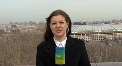 A repórter Nadezhda Serezhkina estava falando durante uma transmissão ao vivo quando foi interrompida por um golden retriever.