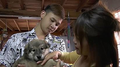 Soji com o seu dono Panya Bunhong, 25, e a sua namorada Wichuta Chain, 27.