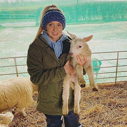 Ellen McCrone, proprietária dos animais, com o cordeirinho Ronnie no colo.