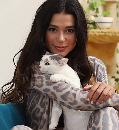 A atriz Pamela Otero com a sua gatinha chamada Maui.