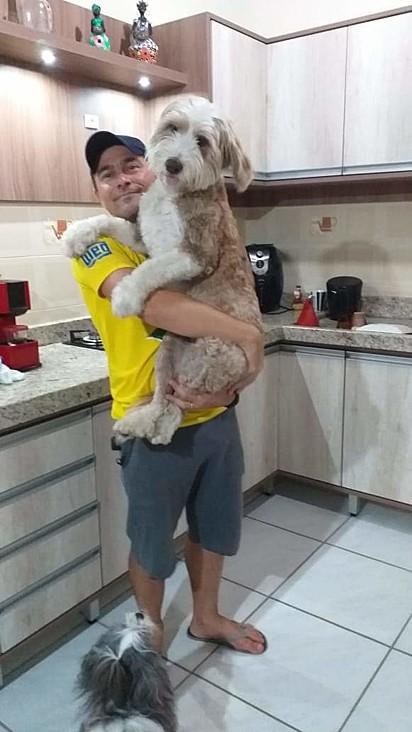 Nina com o seu dono, Igor Dias Barbosa.