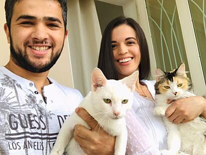O casal Gleissi e Lucas com o gato branquinho (Tonico) e a outra gatinha, Jezebel.