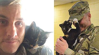 Soldado é escolhido por gata ao visitar abrigo para adotar um cachorro.