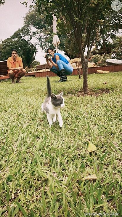 Primeira aparição da gatinha com o casal.