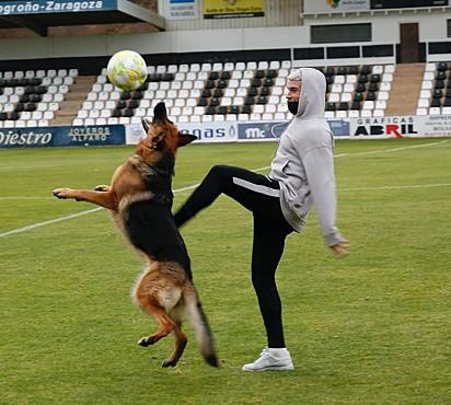 Jara com um dos jogadores de futebol.
