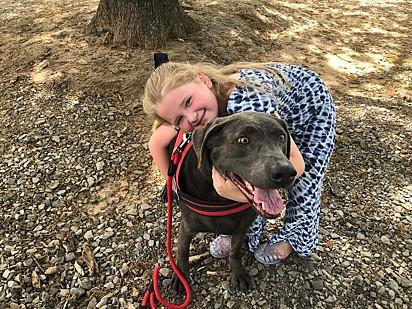 Raelynn com o cachorrinho Blue.