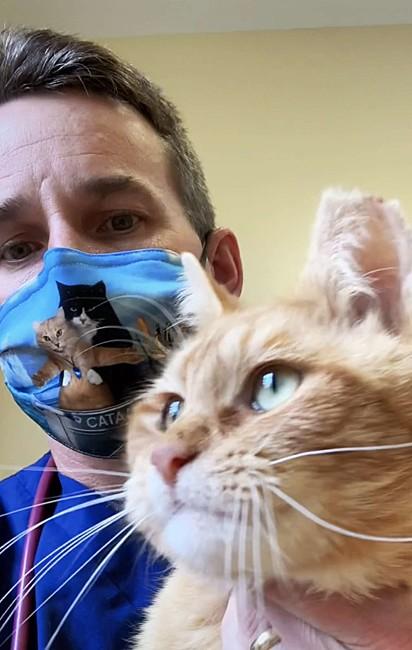 O doutor Matt McGlasson com o gatinho Nemo.
